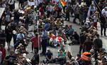 O protesto, convocado pelos movimentos antivacina e ultradireita, mas também por grupos de pessoas que consideram sua liberdade de movimento violada, havia começado por volta das 12h (local, 7h de Brasília) no centro da cidade. O objetivo era se reunir em grande concentração à tarde
