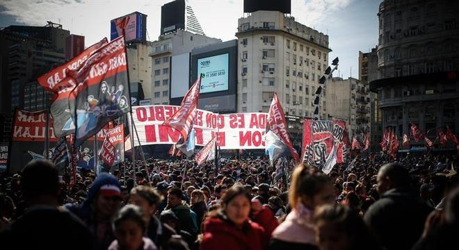 Centenas de argentinos tomaram as ruas de Buenos Aires nesta quinta-feira