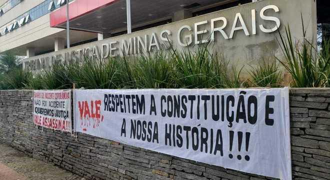 Atingidos pelo rompimento da barragem protestaram na porta do Tribunal