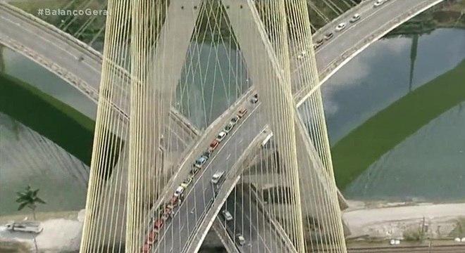 Pista interditada da Ponte Estaiada, por volta das 13 desta terça-feira (11)