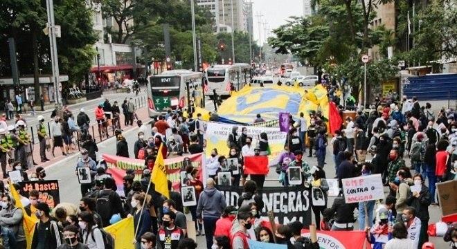 Em São Paulo, torcidas organizadas se reuniram para protestar contra o governo