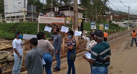 Moradores fizeram protestos no canteiro de obras