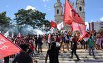 Manifestantes saíram em caminhada na manhã deste sábado (03) no centro de Teresina (PI), defendendo mais vacinas e a o impeachment do presidente da República, Jair Bolsonaro (sem partido). O ato teve início na Praça Rio Brando, de onde os manifestantes saíram por ruas e avenidas até a concentração final na Praça da Liberdade, ao lado da Igreja São Benedito