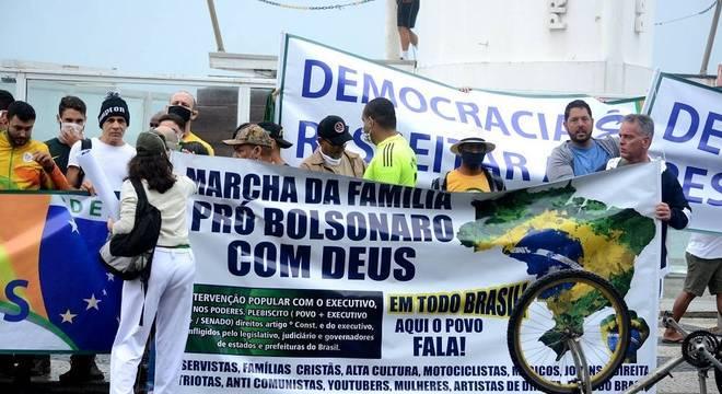 Apoiadores do presidente protestam em Copacabana