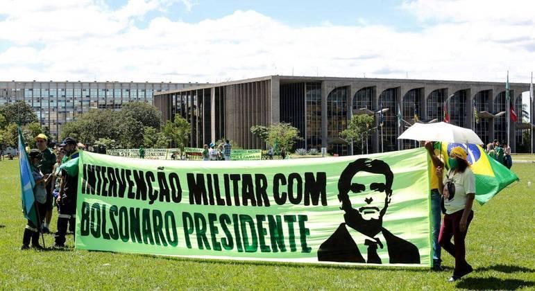 Faixa em Brasília pede intervenção militar, o que é inconstitucional