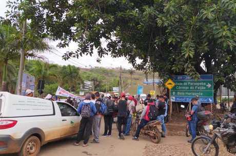 Moradores fecham a entrada da cidade de Brumadinho