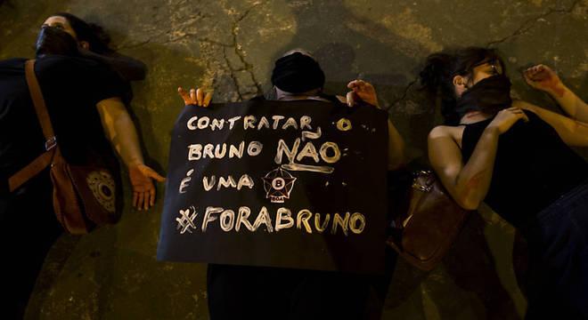 Protestos de mulheres contra a contratação de Bruno. Clube gostou da repercussão