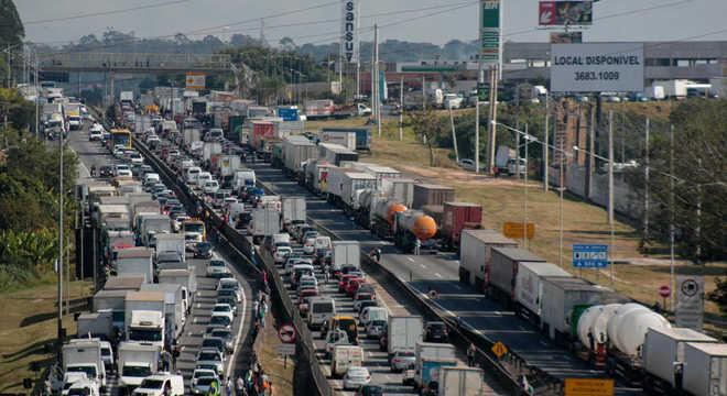 Pelo 4° dia, protestos de caminhoneiros têm reflexos em todo o país