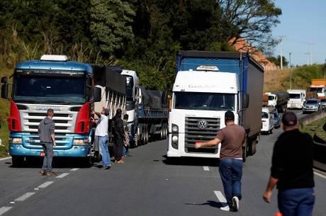 Caminhoneiros bloqueiam estradas