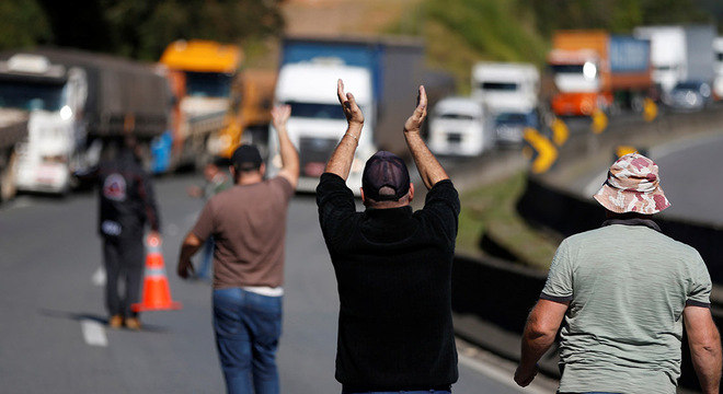 Protestando desde segunda (21), caminhoneiros entram no 3º dia de bloqueios