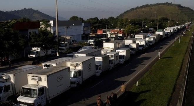 Caminhoneiros bloqueiam estradas em greve nacional