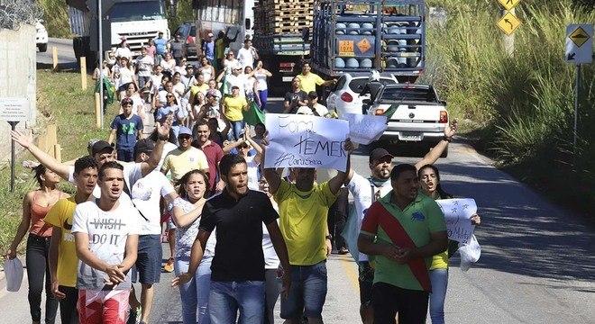 Manifestantes protestam hoje na Refinaria Gabriel Passos, em Betim (MG)