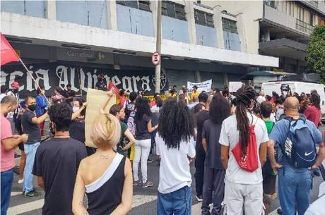 Ato é em frente ao Carrefour da rua dos Guajajaras