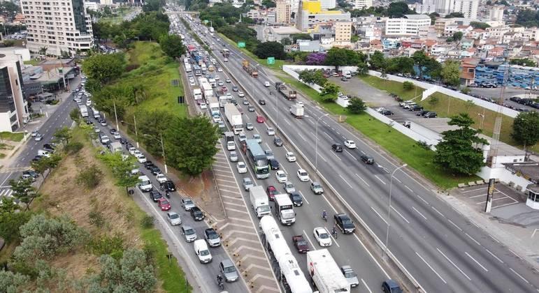 Manifestantes protestam na rodovia Castello Branco contra aumento do ICMS