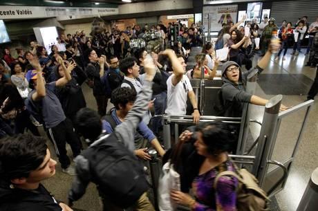 Estudantes pararam metrôs no Chile