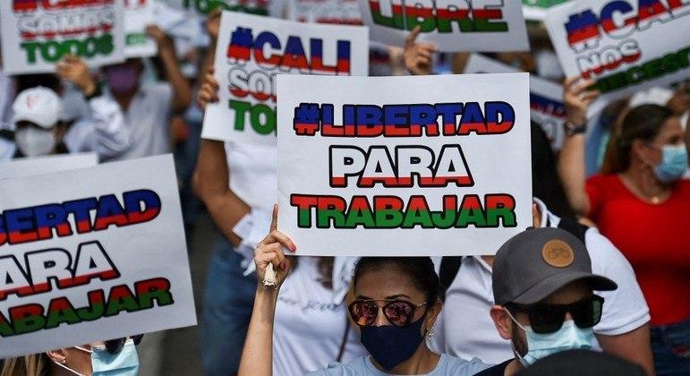 Manifestantes ocupam as ruas vestindo branco para pedir o fim de protestos violentos