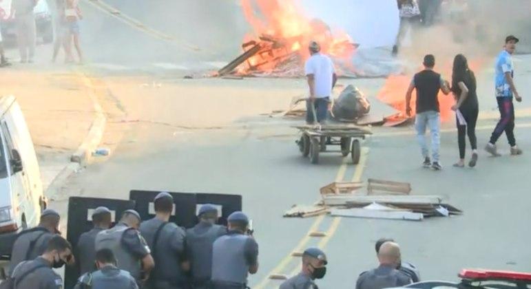 Moradores protestam com barricadas na zona sul de SP após chacina