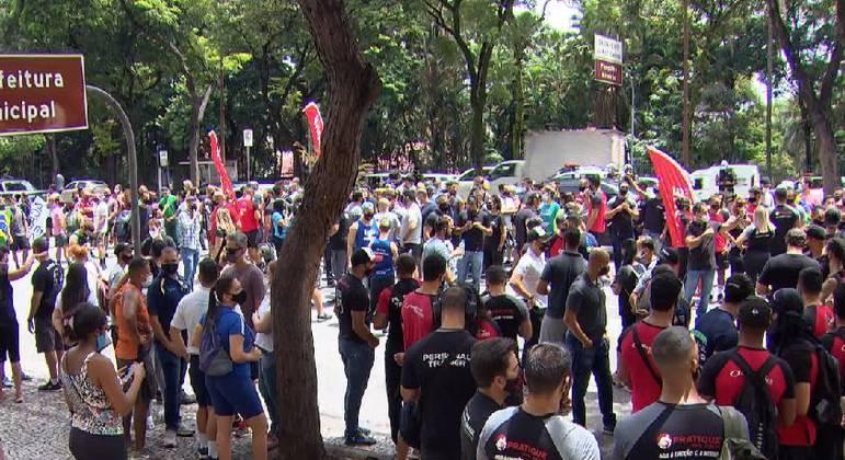 Manifestação na porta da prefeitura pedia retomada do comércio em Belo Horizonte