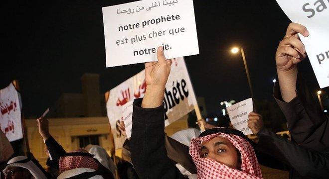 """""""Nosso profeta é mais precioso do que nossa vida"""", diz uma faixa em um protesto no Kuwait contra o periódico satírico Charlie Hebdo, após a publicação de uma ilustração mostrando o profeta Maomé chorando"""