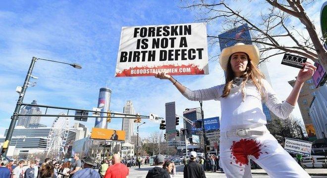 Um movimento que ganha cada vez mais adeptos considera a circuncisão como mutilação genital masculina