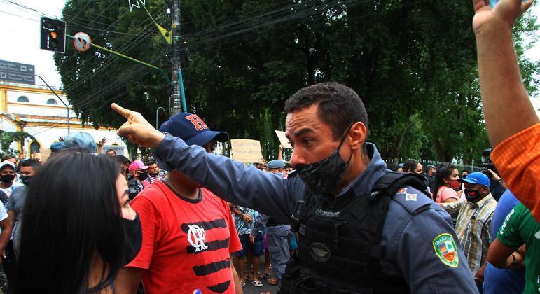 Trabalhadores em manifestação contra o decreto que proibiu comércio não essencial