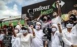 protesto contra morte de joão alberto, espancado por segurnaças em um supermercado carrefour de porto alegre