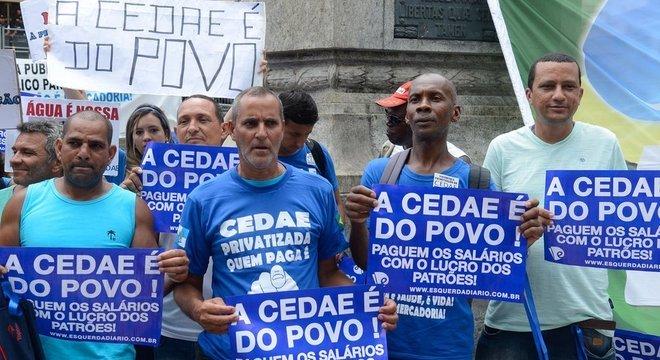 Manifestantes contrários à proposta de privatização da empresa de saneamento do Rio de Janeiro, a Cedae: tema divide opiniões