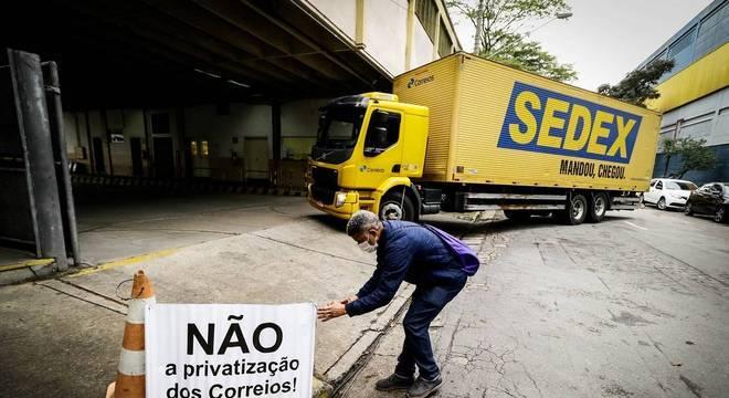 Protesto contra projeto para privatizar Correios; agências ficaram fechadas nesta terça