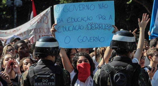 Estudantes convocaram manifestação em 13 capitais contra cortes do governo na área de educação