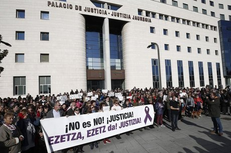 Manifestantes querem que sejam revistas as leis espanholas que tipificam o abuso sexual e o estupro
