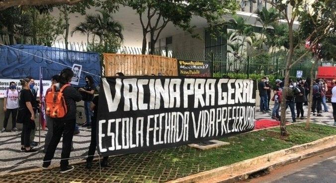 Profissionais da educação protestam contra volta às aulas presenciais em SP
