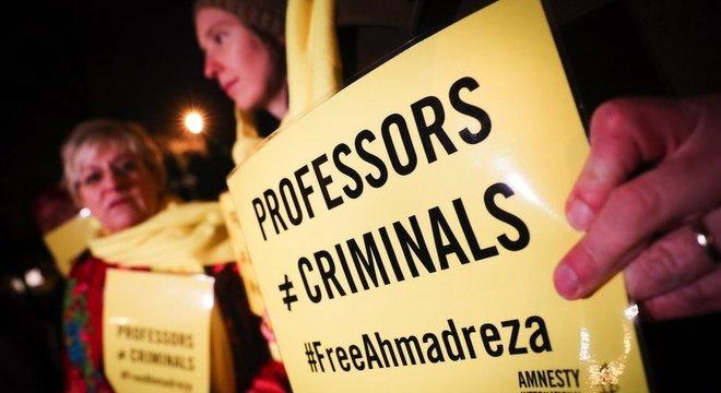 """""""Professores não são criminosos"""", diz cartaz de manifestante em frente à embaixada iraniana em Bruxelas, em dezembro de 2017."""