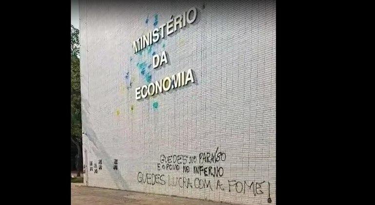 Denúncias de dinheiro em paraíso fiscal inflam protestos contra Paulo Guedes