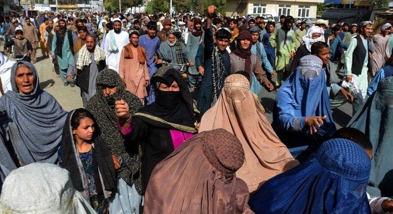 Milhares de pessoas foram às ruas de Kandahar para protestar contra ações do Talibã