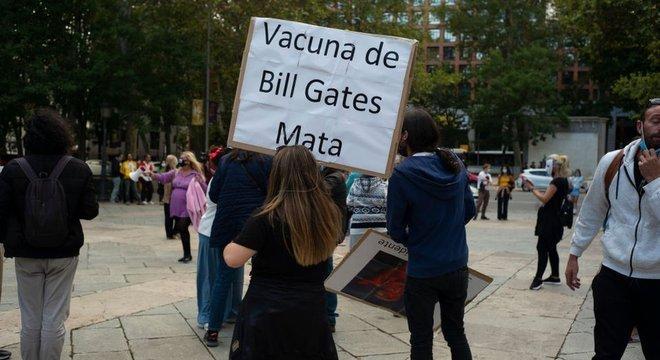 'Vacina de Bill Gates mata', diz cartaz em protesto em Madri; encontrar um culpado é um mecanismo que fornece alívio para muitos