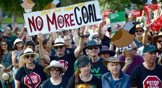 Protesto em Sidney contra a mina de carvão em Carmichael: projeto divide opinião pública