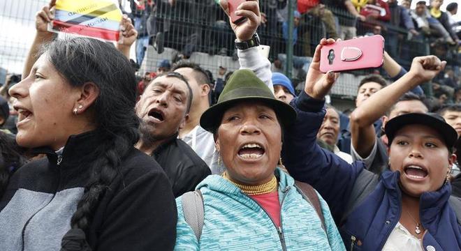Integrantes de movimentos indígenas protestam contra o governo em Quito