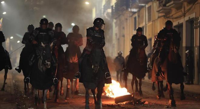 Policiais patrulham ruas de Quito após confronto com manifestantes
