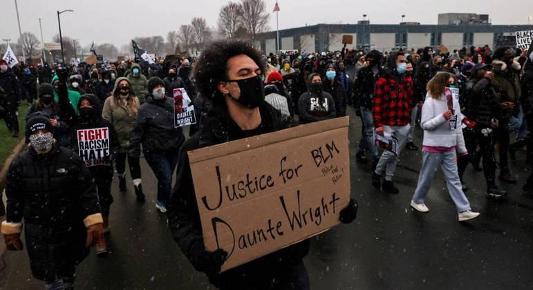 Manifestantes ocupam as ruas após Daunte Wright morrer em uma abordagem policial