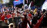Muitos dos manifestantes não estavam usando máscaras faciais para se protegerem do contágio do novo coronavírus