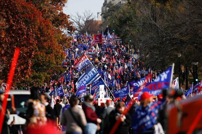 Milhares de apoiadores do presidente dos Estados Unidos, Donald Trump, protestaram no sábado (14), no centro de Washington, contra uma suposta fraude eleitoral que denunciam sem provas