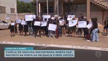 Família de grávida encontrada morta faz protesto na delegacia