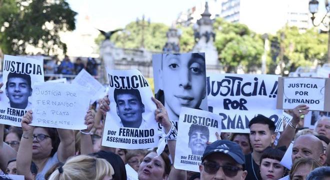 Argentinos protestam em Buenos Aires contra a morte de Fernando Baez