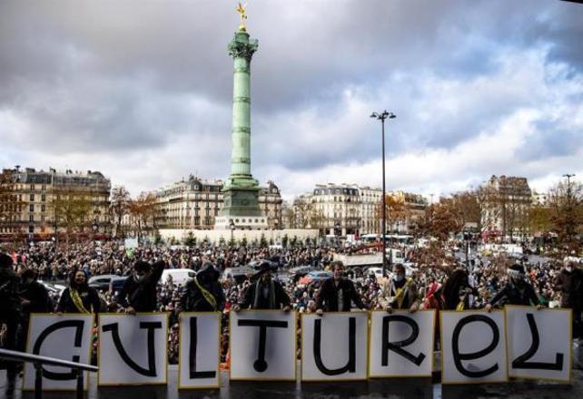 Nesta terça-feira (15), o governo francês suspendeu o seu segundo lockdown, que havia iniciado no dia 30 de outubro. Contudo, teatros, cinemas, museus e outros espaços culturais continuarão fechados até, pelo menos, o dia 7 de janeiro, o que gerou uma onda de protestos no país.