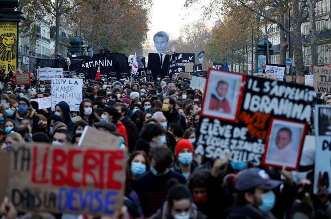 A polêmica lei que visa limitar a disseminação de imagens das forças da ordem na França foi alvo neste sábado (28) de mais um grande protesto, que denunciou um cerceamento da liberdade e terminou com incidentes