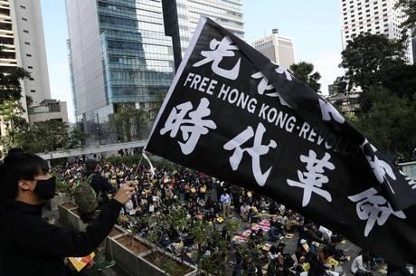 Homem é agredido durante manifestação em Hong Kong