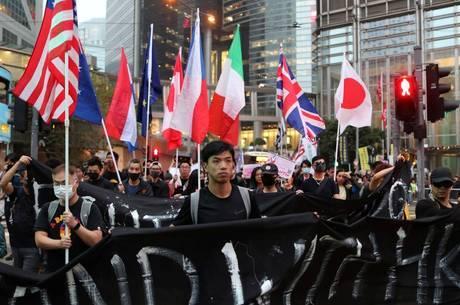 Manifestantes marcham perto de embaixadas