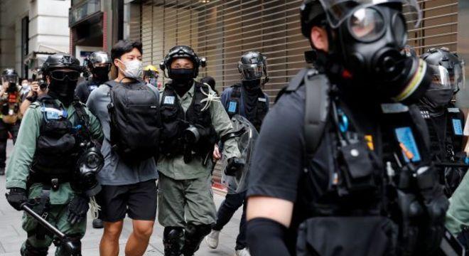 Policiais detêm manifestante durante protesto em Hong Kong