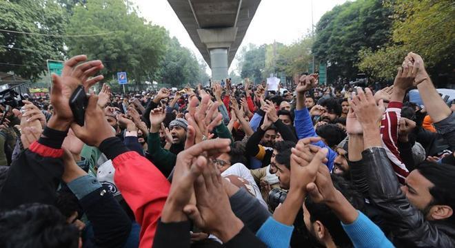 Centenas de estudantes protestam contra emenda à Lei de Cidadania em Nova Delhi