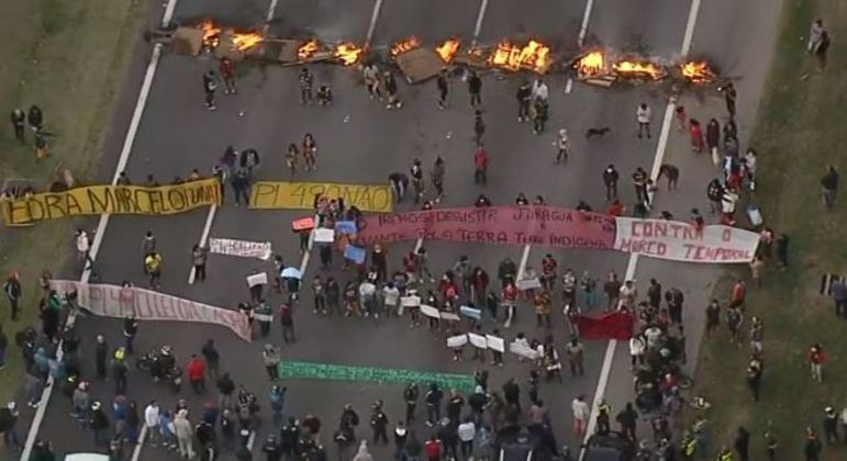 Manfestação indígena bloqueia a rodovia dos Bandeirantes no sentido São Paulo